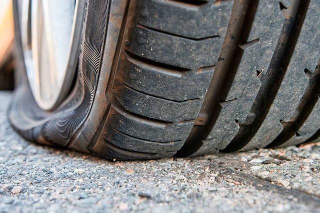 In Lörrach werden an mehreren Fahrzeugen Reifen zerstochen