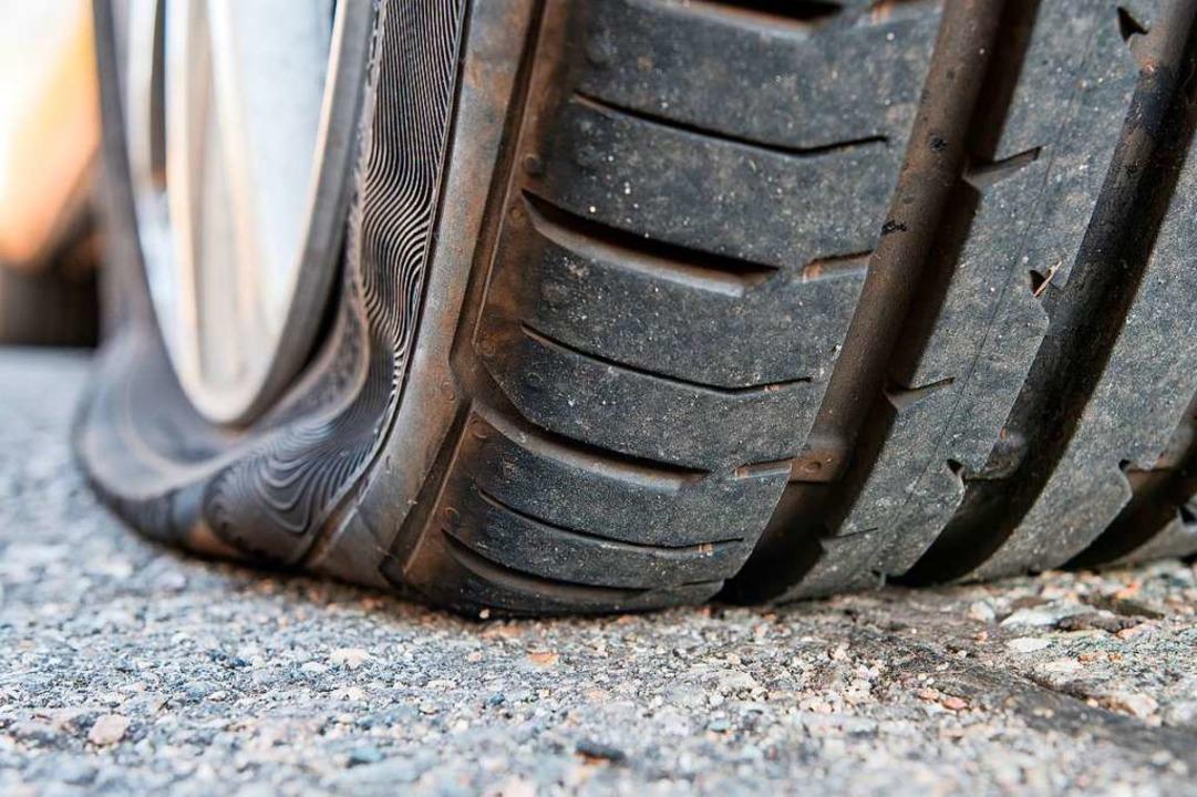 In Lörrach wurde an mehreren Fahrzeuge...ls ein Reifen zerstochen (Symbolfoto).  | Foto: Mario Hoesel (Adobe Stock)