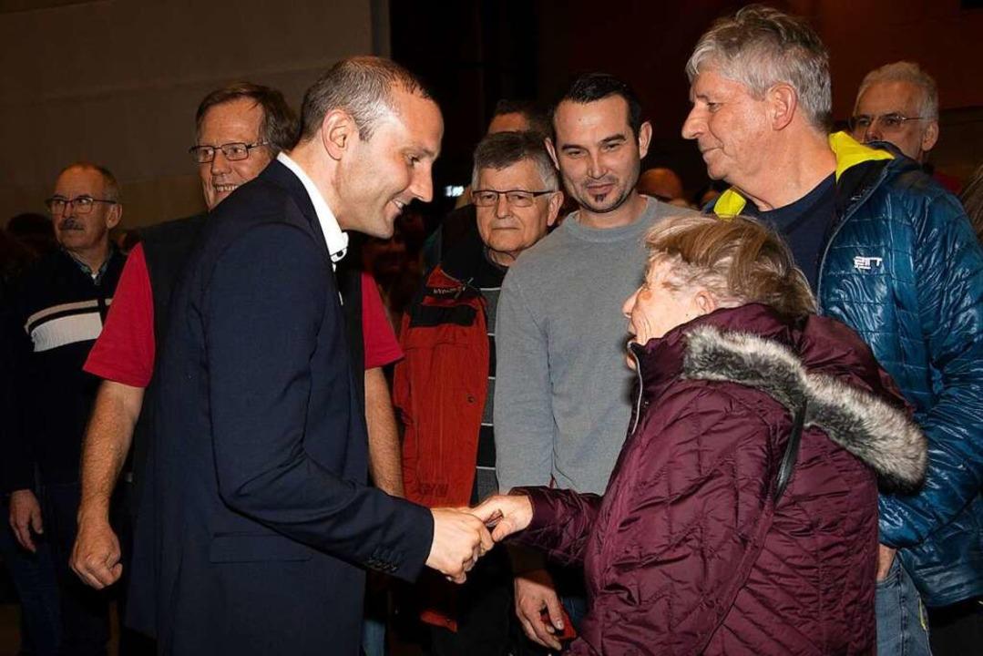 Alle wollen dem Gewählten Christoph Za...ty in der Heitersheimer Malteserhalle.  | Foto: Volker Münch