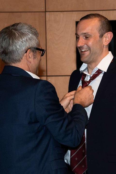 Eine Krawatte mit dem Malteserwappen g...r Martin Löffler für Christoph Zachow.  | Foto: Volker Münch