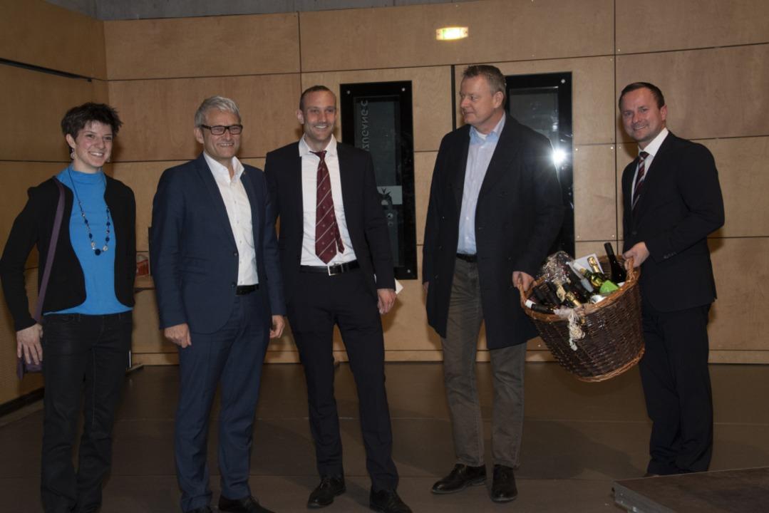 Zur Begrüßung als neues Mitglied des B...k Blens (von links) einen Präsentkorb.  | Foto: Volker Münch