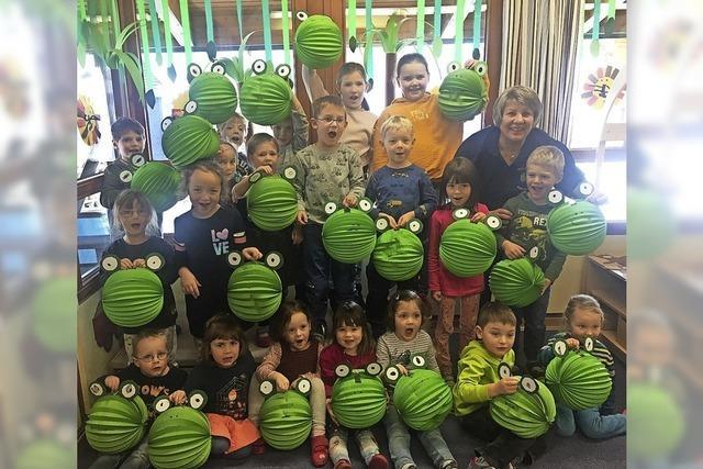 Kinder basteln Frosch-Laternen