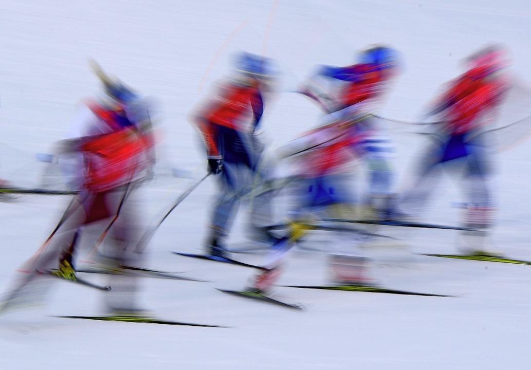 Rasant unterwegs: Skilanglauf ist ein ebenso eleganter wie  dynamischer Sport.   | Foto: Hendrik Schmidt (dpa)