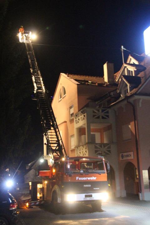 Von der Drehleiter aus wurde das Dach,...r Mann geflüchtet hatte, ausgeleuchtet  | Foto: Horst David