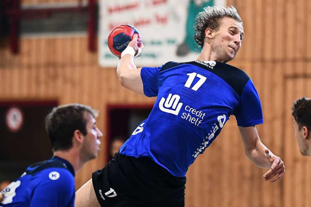 Als einer der wenigen HSG-Spieler leis...n gegen den TuS Helmlingen Widerstand.  | Foto: Patrick Seeger