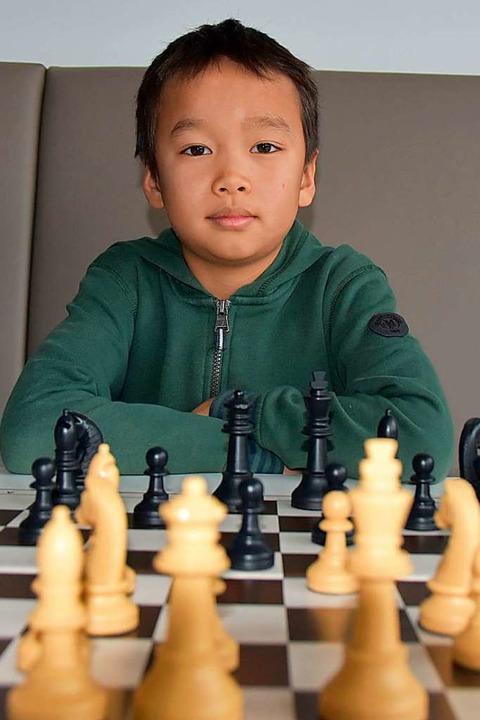 Der neunjährige Vito Yin an seinem Schachbrett  | Foto: Saskia Burkart