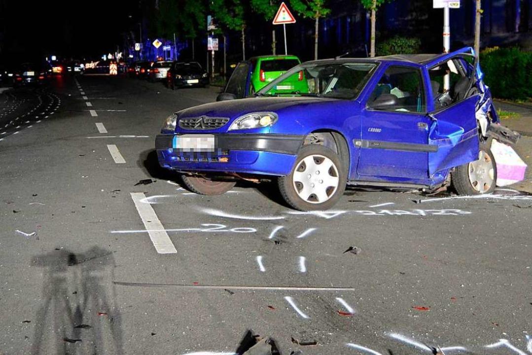Das Auto einer Unbeteiligten steht auf einer Straßenkreuzung.  | Foto: - (dpa)