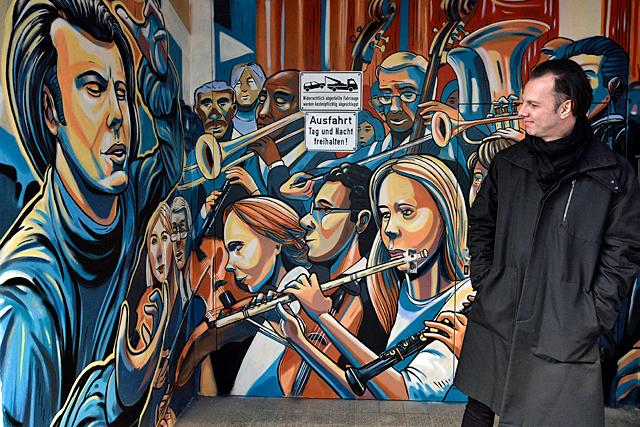 Freiburger Graffiti zeigt Teodor Currentzis im Rollkragenpulli