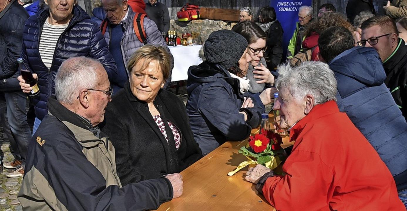 Was denkt die Basis?  Susanne Eisenmann mit Emmendinger  Parteifreunden  | Foto: Benedikt Sommer