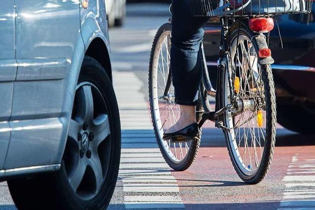 Radfahrerin kollidiert mit Pkw in Basler Straße und verletzt sich am Kopf