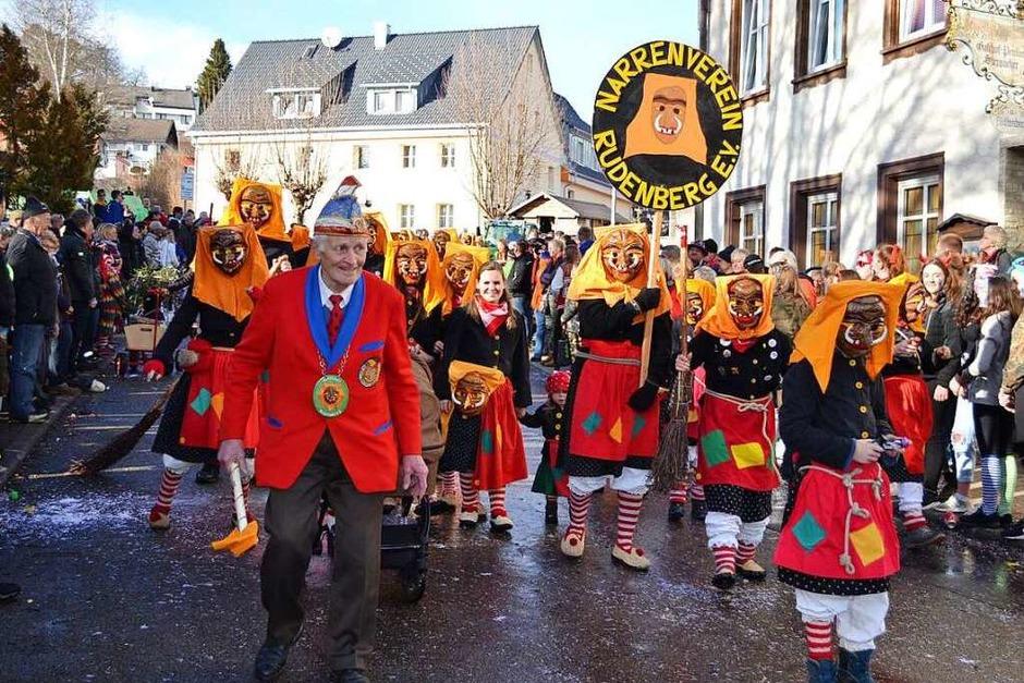 Der Narrenverein Rudenberg mit Ehrennarrenvater Reinhard Waldvogel und die 20er aus Friedenweiler als Robin Hood bereicherten den Umzug in Friedenweiler. (Foto: Liane Schilling)