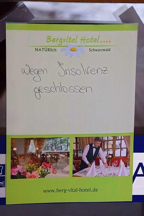 Ein handgeschriebenes Blatt Papier wei...schlossenen Tür auf die Insolvenz hin.  | Foto: Ulrike Jäger