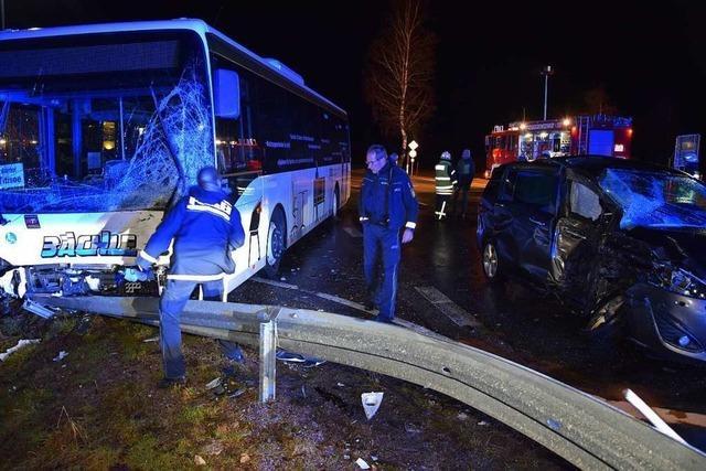 Autofahrerin prallt seitlich mit einem Linienbus zusammen