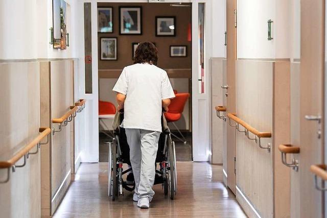 Bekam ein TB-Patient im Pflegeheim seine Medizin nicht regelmäßig?