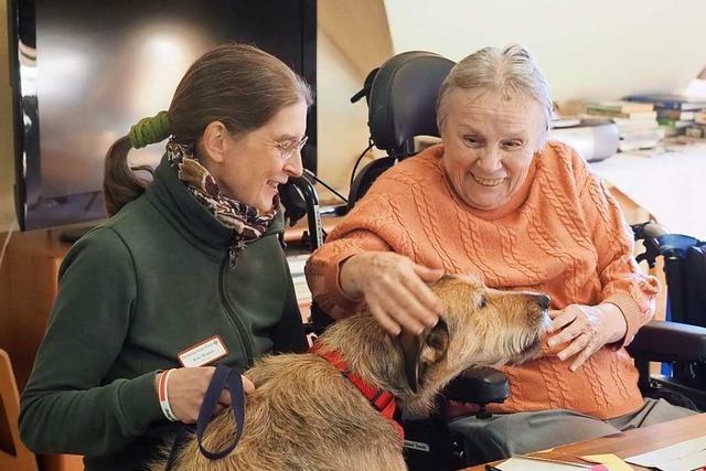 Wie Besuchshunde in Markgräfler Pflegeheimen Senioren erfreuen