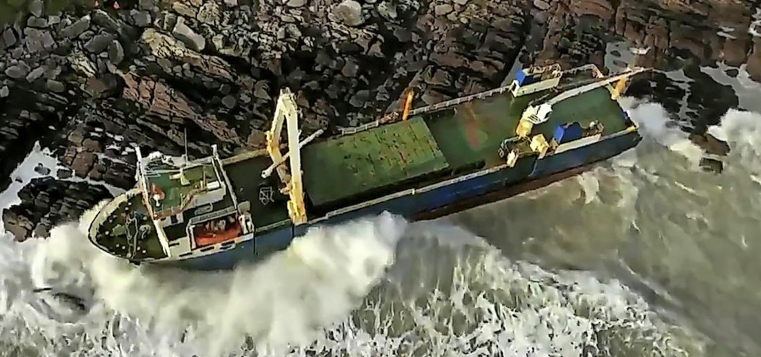 18 Monate trieb der Frachter MV Alta a...ik, jetzt ist er in Irland gestrandet.    Foto: Irish Coast Guard (dpa)