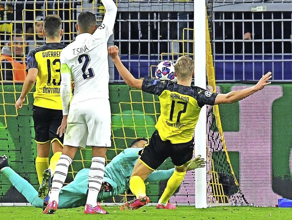 Erling Haaland (Nummer 17) erzielt hier das 1:0 für die Dortmunder Borussia.   | Foto: TOBIAS SCHWARZ (AFP)