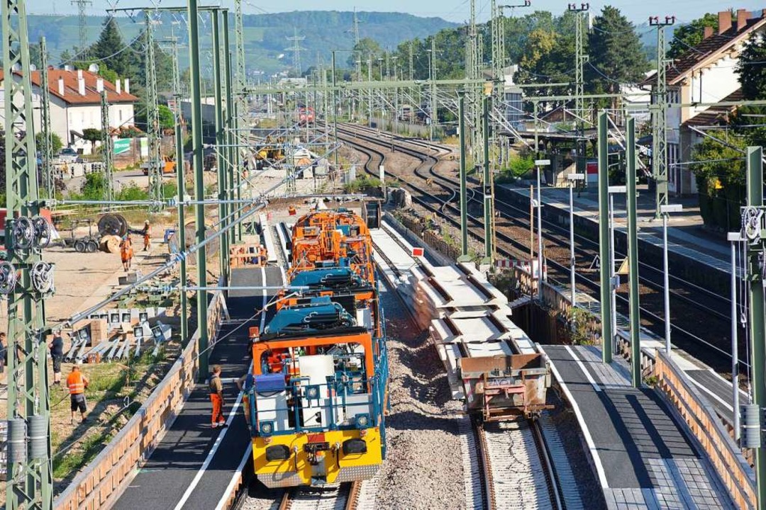 Die provisorischen Gleise  sind inzwis... Behelfsbahnsteig (rechts) in Betrieb.    Foto: Hannes Lauber