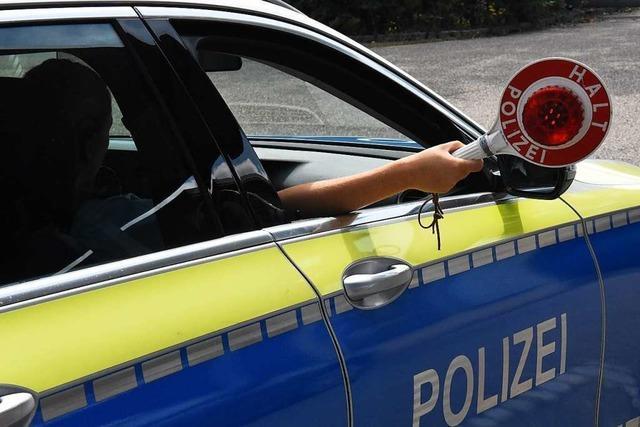 Rollerfahrer stürzt auf der Flucht vor der Polizei in Steinen