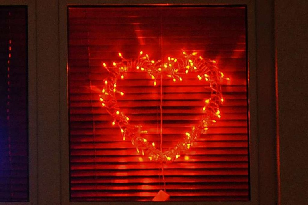 Offizielle Betriebe sind meist von auß...eise an einem roten Herzen im Fenster.  | Foto: Patrick Seeger