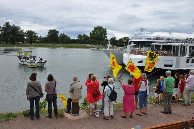 Protestfahrt mit dem Motorboot gegen das AKW Fessenheim