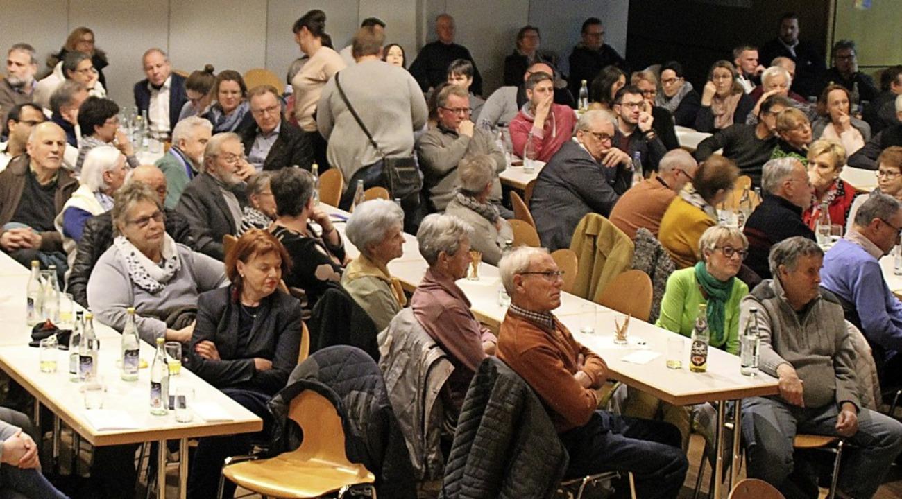 Das Interesse ist groß – etwa 200 Zuhörer kamen zum Diskussionsabend.    Foto: Rolf Reißmann