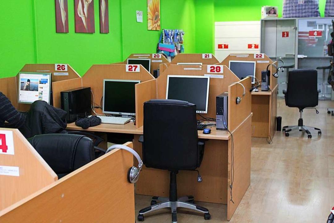 """""""Von den 18 PC-Plätzen in der Ta...ner weichen"""", sagt Mahmud Ergün.    Foto: Viola Priss"""