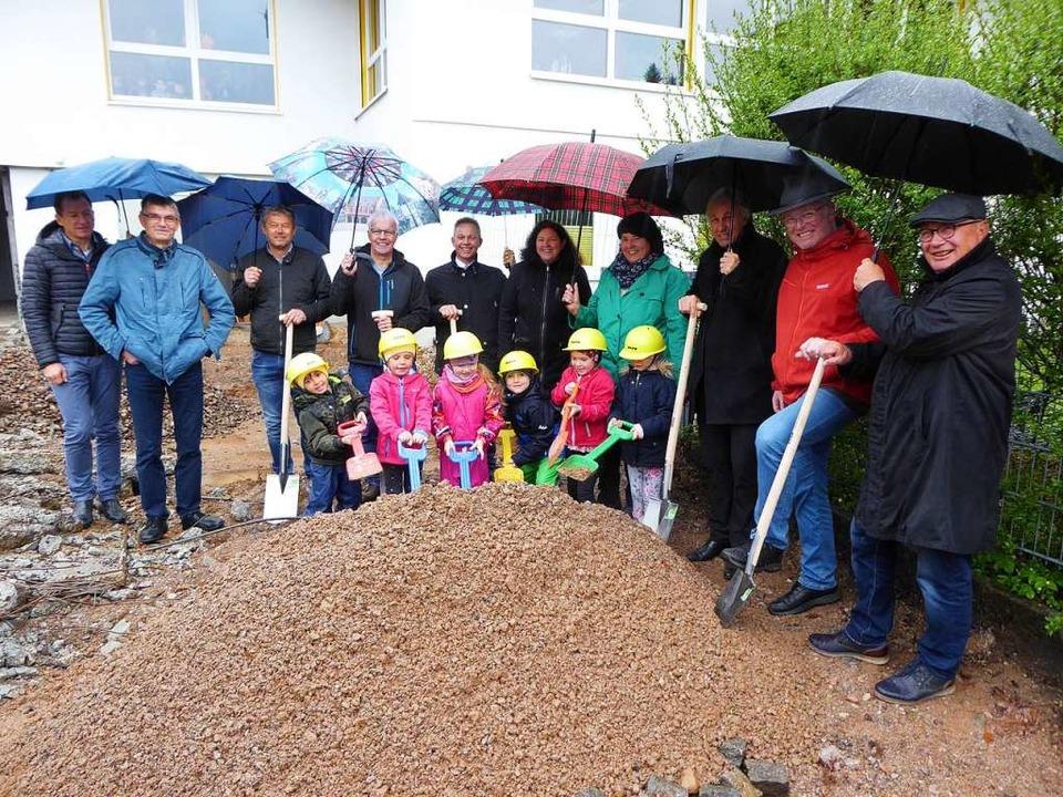 Ein großer Moment für die sechs  Kapos...r den neuen Kindergarten im Mai 2019.     Foto: Peter Stellmach