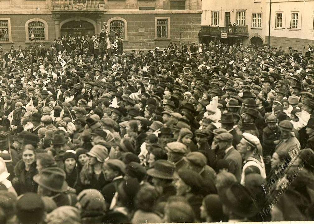 Am Fasnetmändig 1928 war auf dem Latschariplatz etwas los.    Foto: Archiv Roland Weis