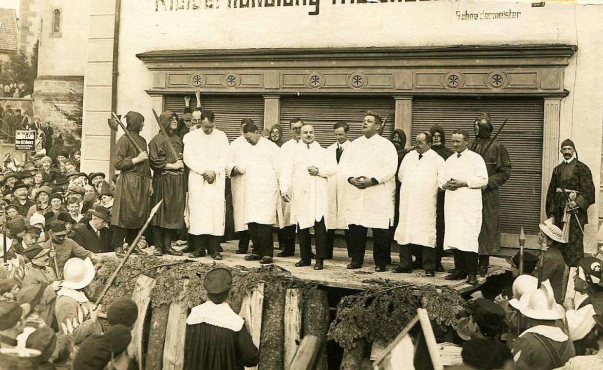 Nach dem Völkerbundtribunal der Elferr... Scheiterhaufen vor Schneider Schlegel    Foto: Archiv Roland Weis