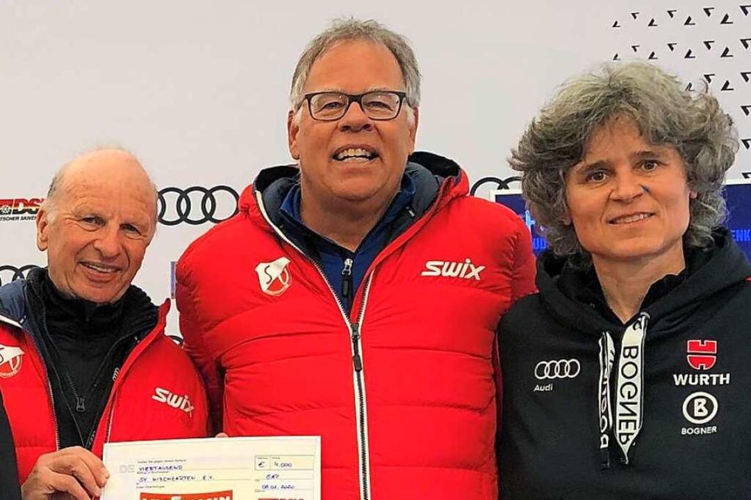 Günter Huhn (Mitte) und sein  Trainerk...-Vizepräsidentin Miriam Vogt entgegen.  | Foto: DSV