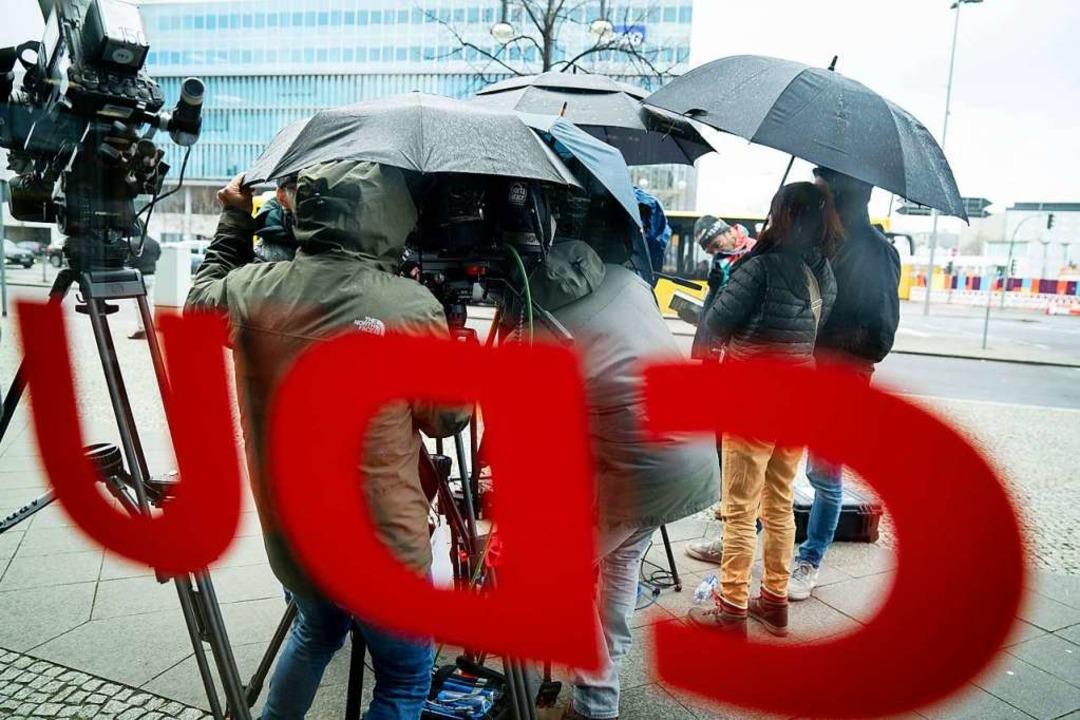 Medienvertreter warten im Regen vor der CDU-Zentrale, dem Konrad-Adenauer-Haus    Foto: Kay Nietfeld (dpa)