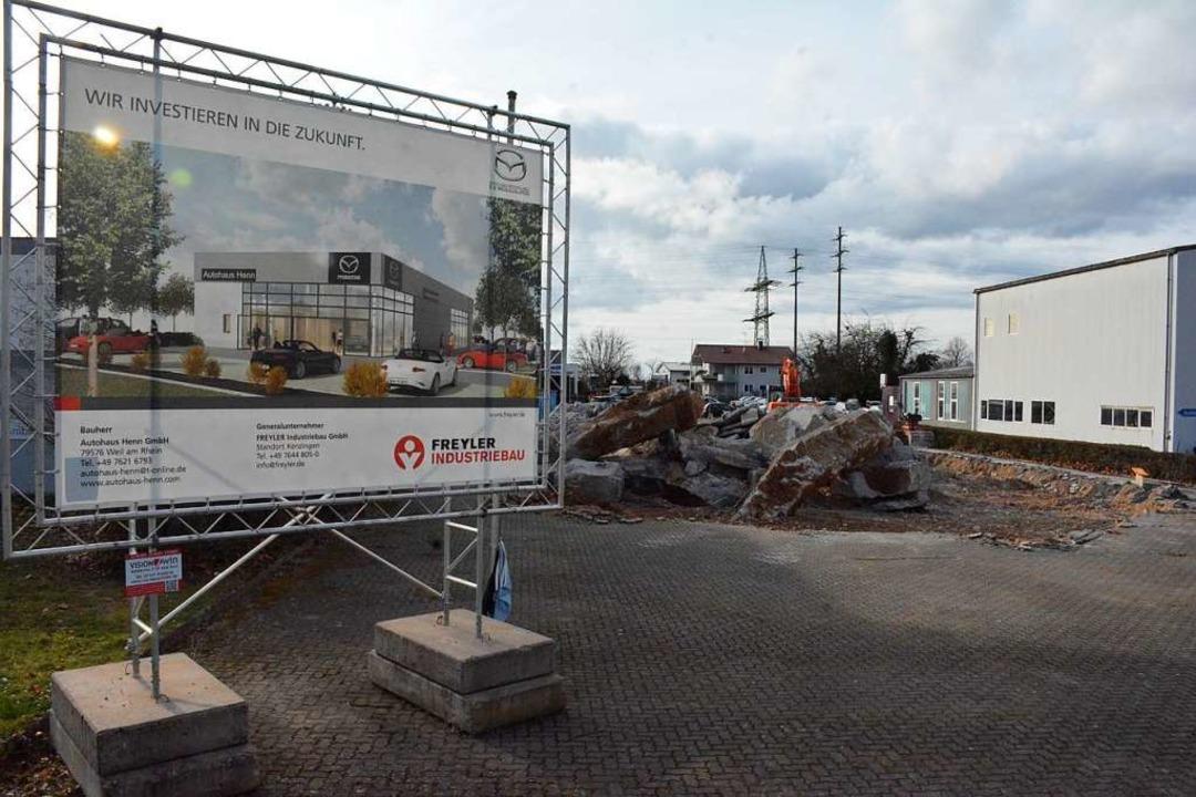 Der Altbau ist abgerissen,  wie der Neubau aussehen wird, sieht man links.  | Foto: Hannes Lauber