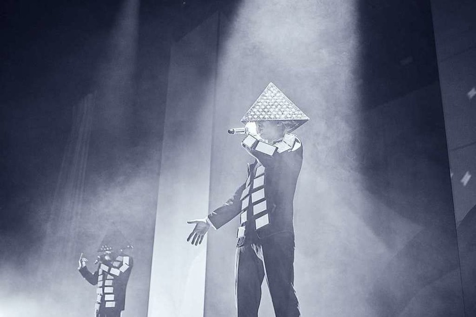 Fulminante Bühnenshow, abgedrehte Outfits und Exzess mit sozialkritischen Untertönen: So war es beim Deichkind-Konzert in der Freiburger Sick-Arena. (Foto: Fabio Smitka)