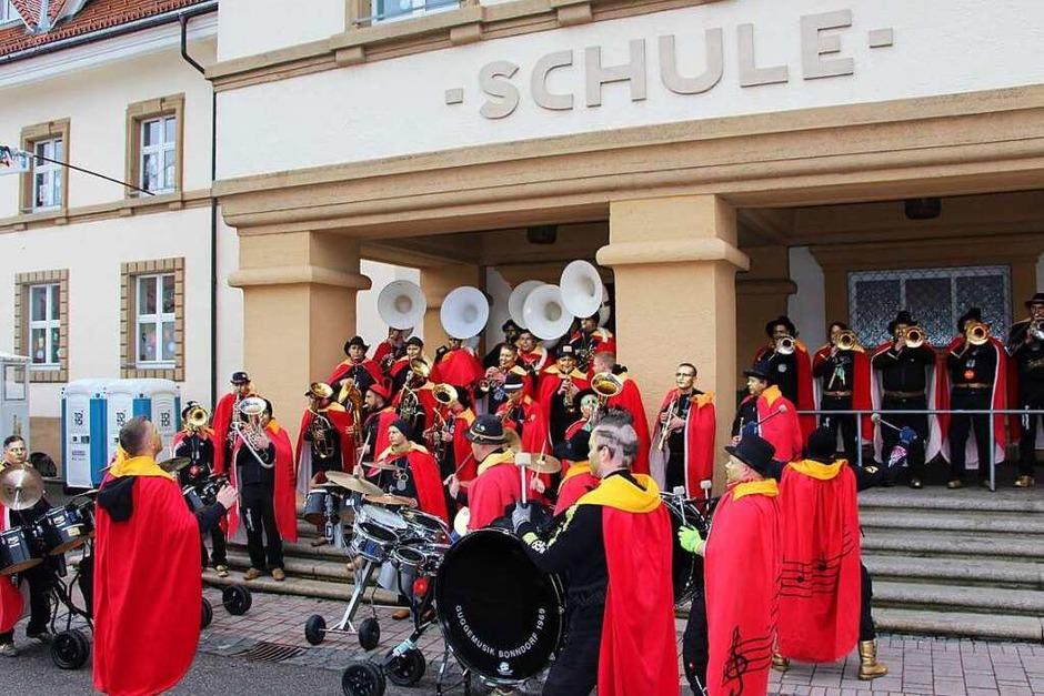 Die Bonndorfer Narren erobern die Straßen der Löwenstadt. Als erstes befreiten sie die Schulen und Kindergärten. (Foto: Uli Spielberger)