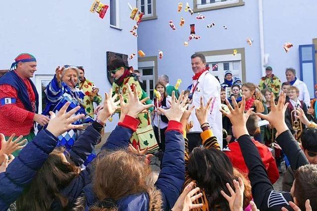 Fotos: Narren stürmen Bad Krozinger Rathaus und Grundschule