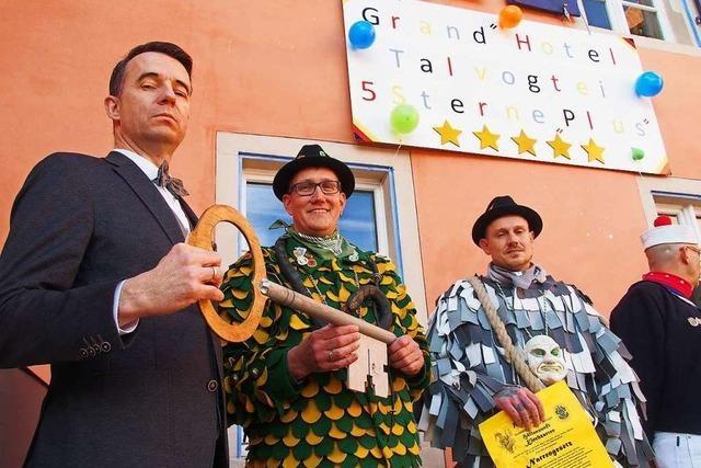 Kirchzartens Bürgermeister Andreas Hall beugt sich den Narren und übergibt die Rathausschlüssel