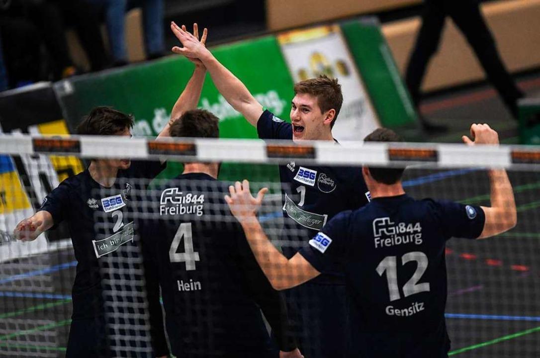 Freut sich mit seinen Mannschaftskolle...tion: Luc Hartmann (Dritter von links)    Foto: Patrick Seeger