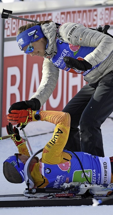 Erik Lesser liegt ausgepumpt im Schnee...uß über die gewonnene Silbermedaille.   | Foto: Hendrik Schmidt (dpa)