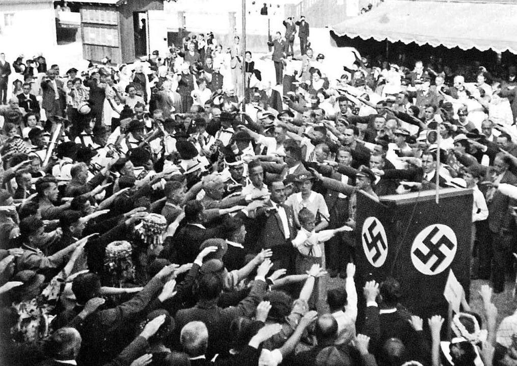 Waldkircher mit Hitler-Gruß nach einer...llmayer bei der Tausendjahrfeier 1936.  | Foto: Stadtarchiv