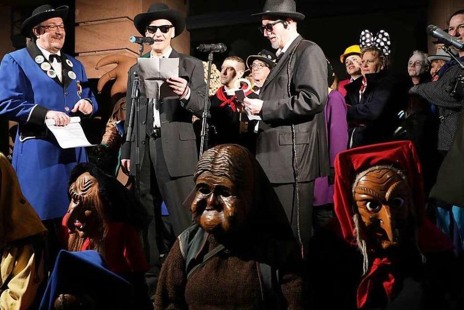 Lahrs Oberbürgermeister Markus Ibert (Mitte) übergab als einer der Blues Brothers den Schlüssel an die Narren (Foto: Christoph Breithaupt)