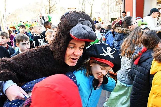 Auch der Rektor im Affenkostüm kann die Schüler in Lörrach nicht zurückhalten