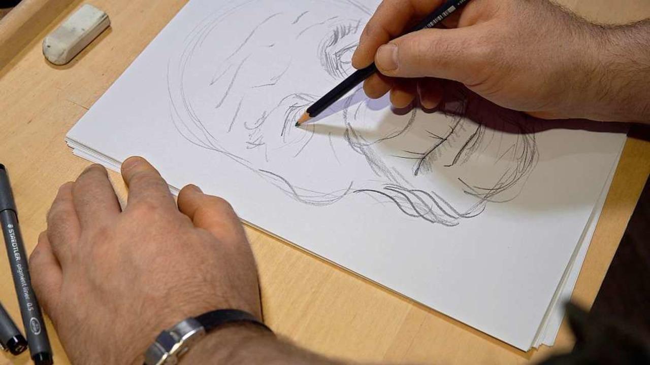 Die Erschaffung einer neuen Maske beginnt mit der Skizze.  | Foto: Manuel Seidler