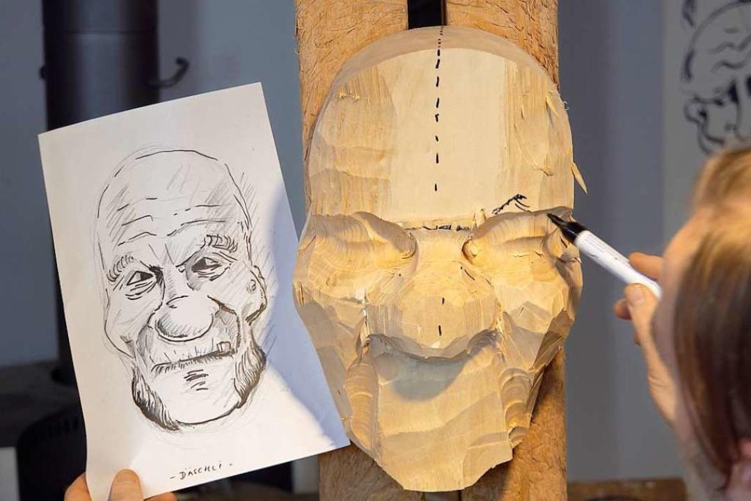Anhand der selbst angefertigten Skizze formt Stiegeler einen Charakterkopf.  | Foto: Manuel Seidler