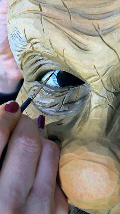 Jedes Detail zählt, wenn Simon Stiegelers Frau Lillian die Masken bemalt.  | Foto: Manuel Seidler