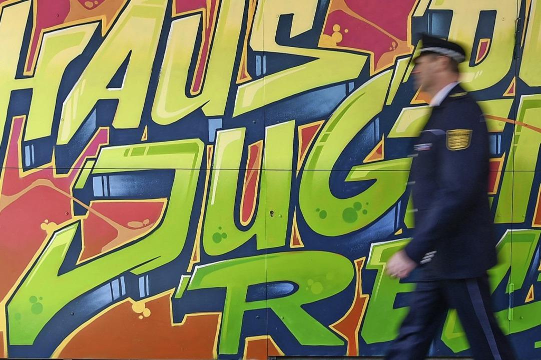 Ein Graffito am Haus des Jugendrechts ... Einrichtung gibt es nun sechs Häuser.  | Foto: Uwe Anspach