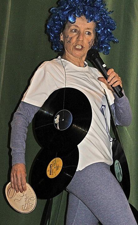 Leentje Schwald trat bei der Frauenfastnacht als Jukebox in Erscheinung.     Foto: Cornelia Liebwein