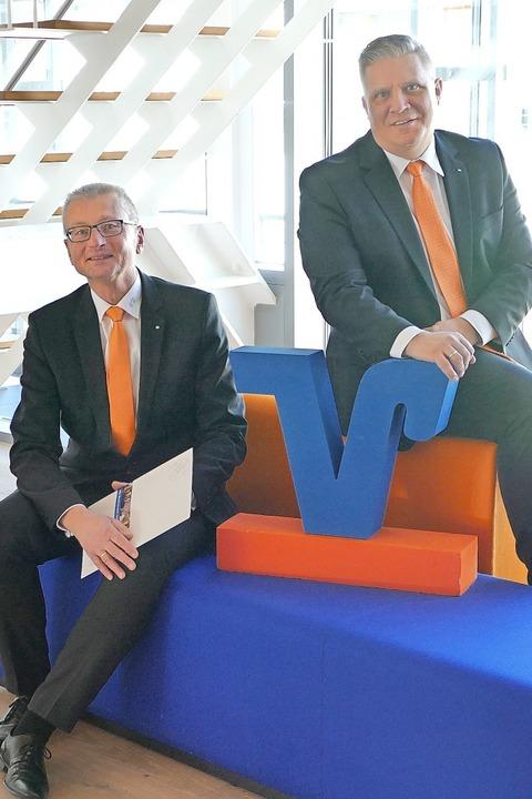Zufrieden blicken Werner Thomann (link...olksbank Rhein-Wehra, auf 2019 zurück.  | Foto: Axel Kremp