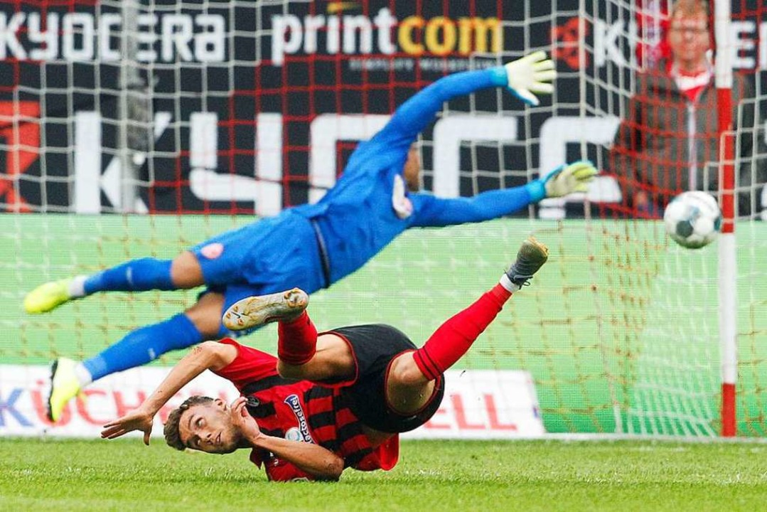 Szene aus dem Hinrundenspiel, das der ...et Düsseldorfs Keeper Zackary Steffen.  | Foto: Roland Weihrauch (dpa)