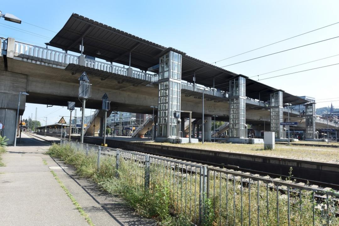 An der Freiburger Stadtbahnbrücke ist ... Unglücksfall mit Todesfolge gekommen.    Foto: Rita Eggstein